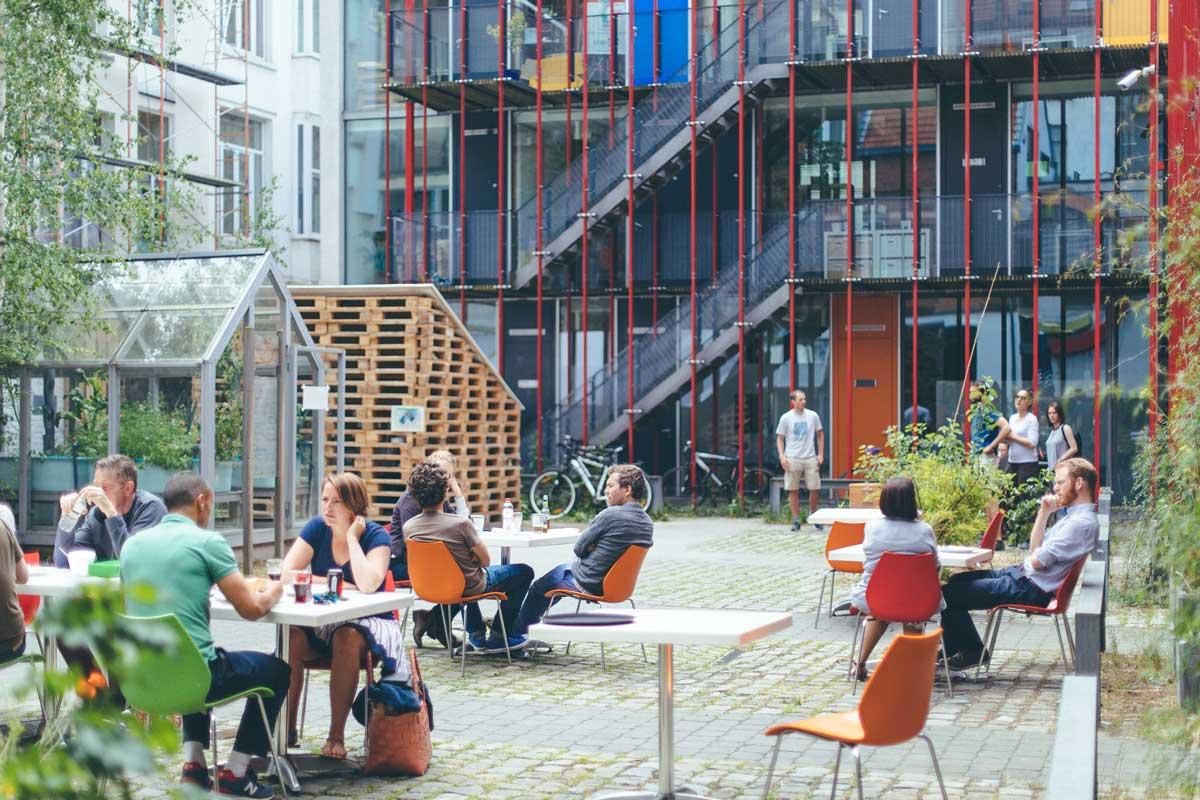 cour avec du monde assis en terrasse